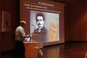 Mariano Santander durante la charla 'La Teoría de la Gravedad de Einstein cumple cien años'