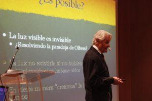 Fernando Muñoz Box imparte la charla 'Y la luz se hizo'