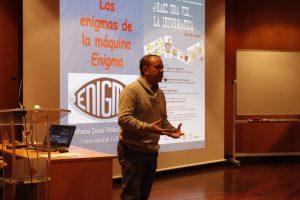 Alfonso Población durante la charla 'Los enigmas de la máquina Enigma'