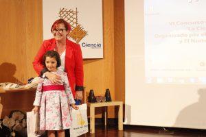 La escritora Clara Grima jutnoa la ganadora Carmen Fernández García