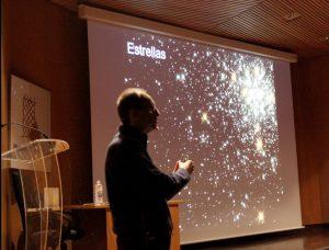 Benjamín Montesinos durante su charla 'Cervantes, estrellas y planetas'