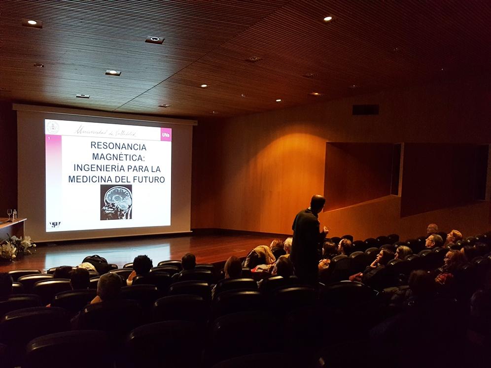 Carlos Alberola durante la charla sobre la resonancia magnética