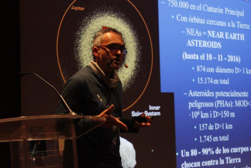 Josep María Trigo durante la charla 'Impactos de asteroides y el fin de los dinosaurios'