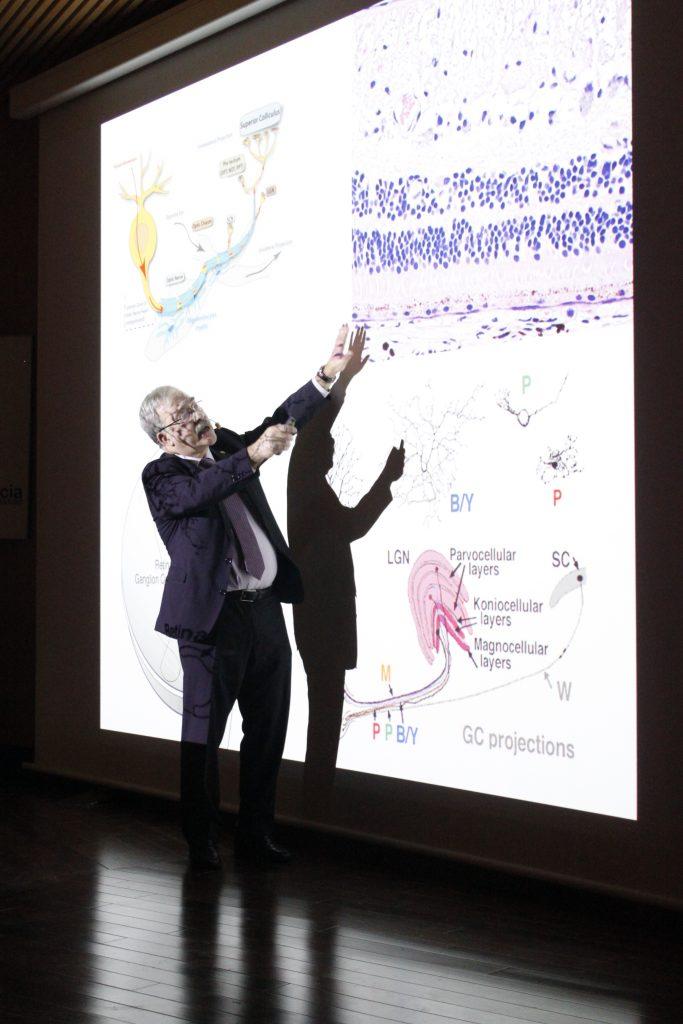 El doctor Carlos Pastor durante la charla 'La retina: una ventana para ver el cerebro'