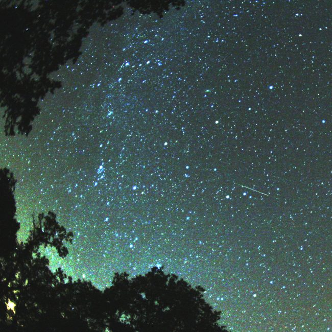 Imagen de Perseidas atravesando la Vía Láctea. / Wikipedia